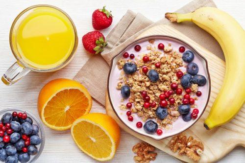 सुबह ताजे फल और फ्रूट जूस लें